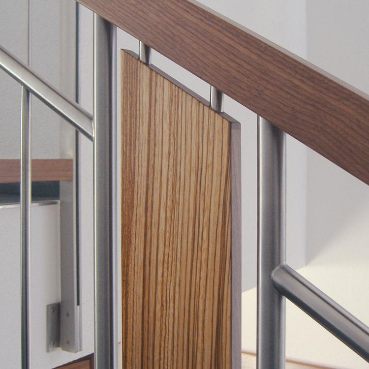 Treppengeländer aus Holz und Edelstahl